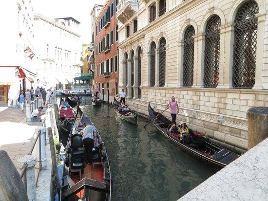 Locanda Orseolo vista dal canale (è quella color mattone)