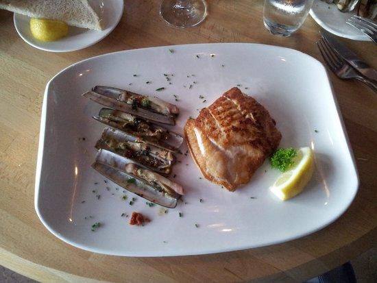 Restaurant de Dagvisser: heilbot scheermes en separaat, niet zichtbaar, frites en salade garni