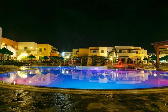 Mikri Poli Rhodos Resort: Mikri Poli pool at night