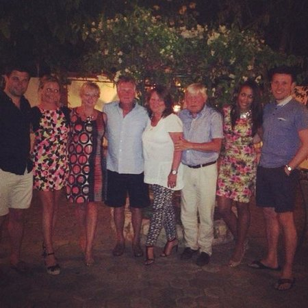 Tino's Restaurante: Team photo in the beautiful gardens