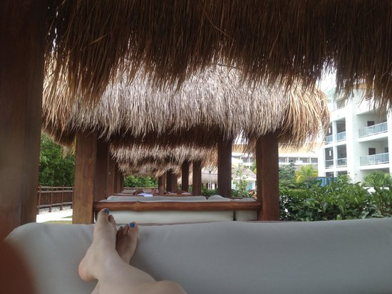 Paradisus Playa del Carmen La Perla: Amazing Palapas / day beds and sofas all over the place