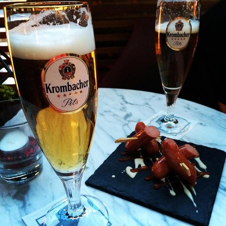 Eurostars Berlin Hotel: Complimentary beers and sausage...yum!
