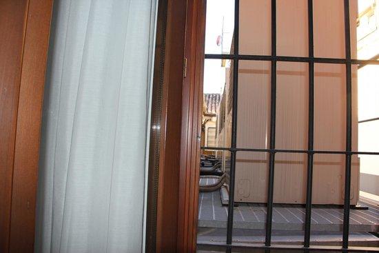 Hotel Royal San Marco: fenetre de la chambre donnant sur !!