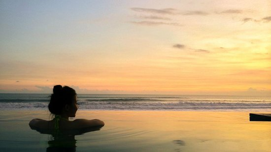 The Legian Bali: enjoying the infinity pool while looking at the sunset