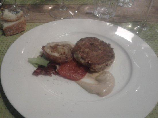 Pepata di Corte : Hamburger di ricciola, pomodoro e cipolla rossa con salsa al Worchester