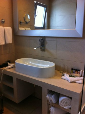SENTIDO Port Royal Villas & Spa: The sink spills water all over you.. aargh!