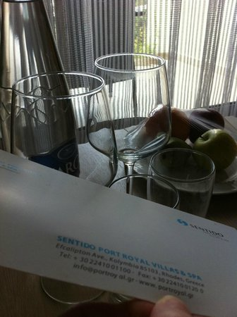 SENTIDO Port Royal Villas & Spa: Not so clean wine glasses and some card with dirty fingerprints on it.. :/