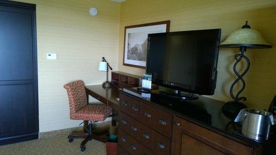 Park Vista - DoubleTree by Hilton Hotel - Gatlinburg: Desk and TV living room