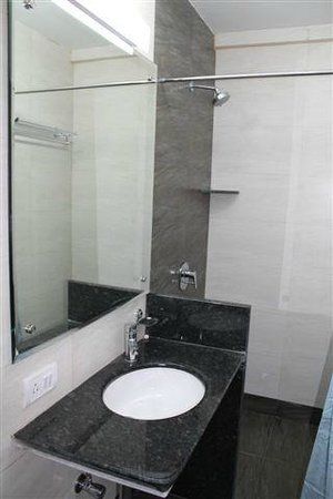 The UniContinental Hotel : Bathroom of Deluxe Room