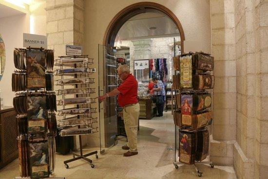 Notre Dame Guest House: Souvenir shop