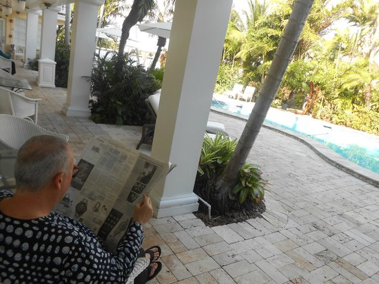 The Pillars Hotel Fort Lauderdale : Reading the papers in front of the room