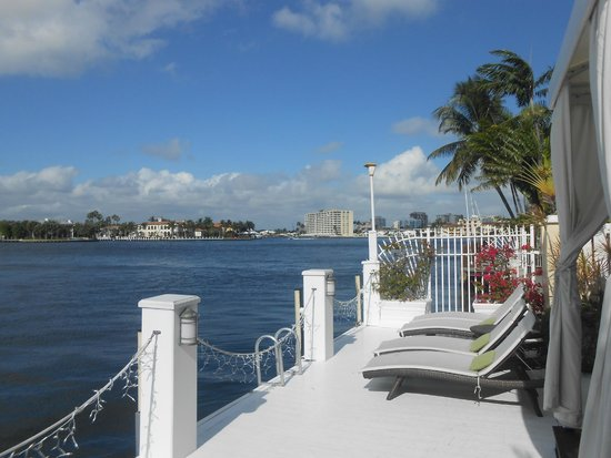 The Pillars Hotel Fort Lauderdale : sundeck overlooking the water