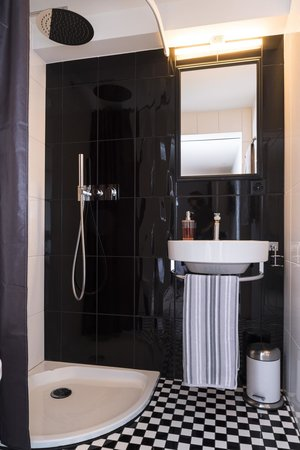 Bed & Breakfast 7e Art : salle de bain superior room