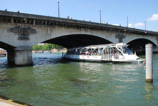 La Seine : Bateaux Bus sotto la torre Eiffel