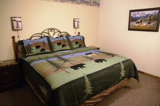 Alpine Motel: room with a few bears