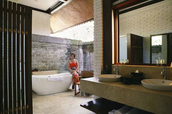 The Chedi Club Tanah Gajah, Ubud, Bali – a GHM hotel : Open concept bathroom