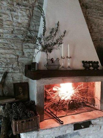 B&B Cà Maranghi : fireplace in common area