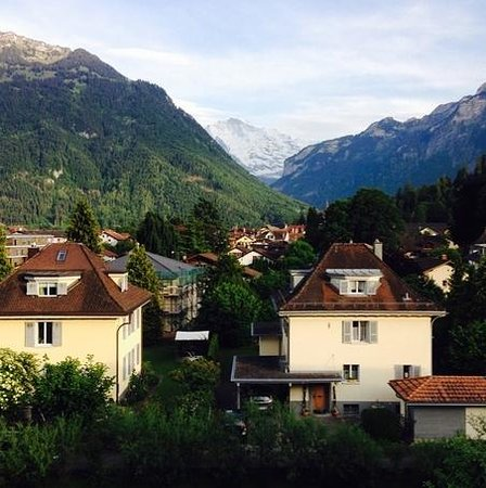 Backpackers Villa Sonnenhof : View of the Swiss alps from the Time-Out room