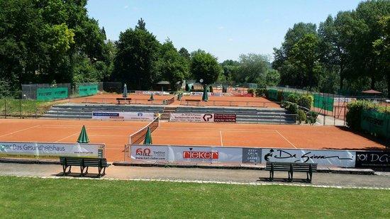 Da Giovanni: Tennisplätze unter der Terrasse