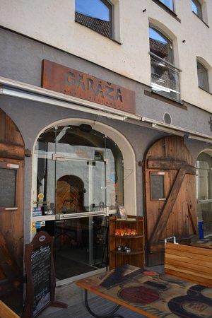 Garaza: Вход в бар