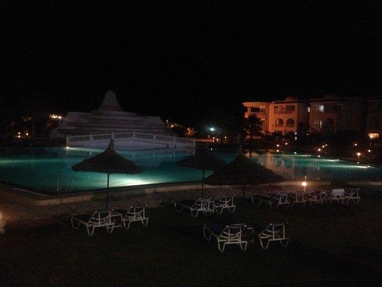 Golden Tulip Taj Sultan Resort : Pool at night