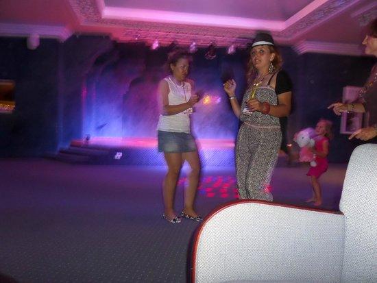 Golden Tulip Taj Sultan Resort: such lovely girls, Always managed to get us up dancing