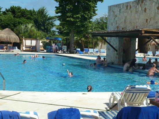 Grand Sirenis Riviera Maya Resort & Spa: Swim up pool bar