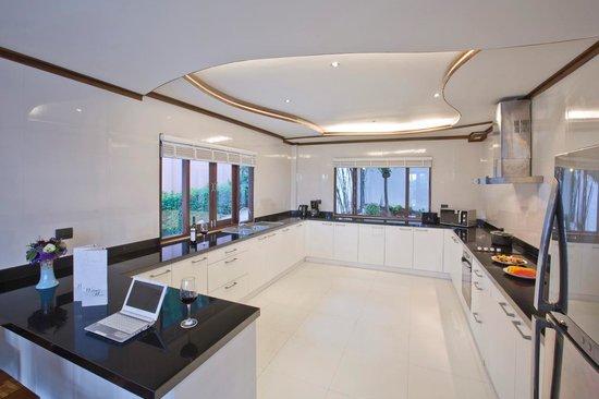 Paradise Island Estate : Gourmet Kitchen