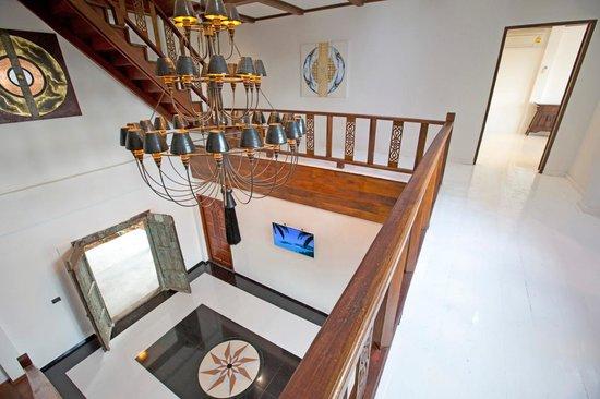 Paradise Island Estate : Staircase & Lobby Views