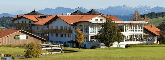 """Hanusel Hof: Blick auf das Clubhaus und das Hotel von Spielbahn 18 - """"Gertis Corner""""."""