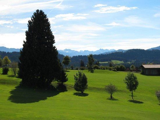 "Hanusel Hof: Spielbahn 1 - ""Sonneck"" – dahinter Spielbahn 17 - ""Zugspitz Drive""."