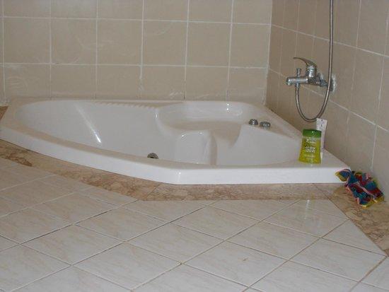 Belkon Club Hotel: вдоль бортика ванной скапливались огромные  лужи воды