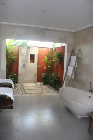 Pantai Indah Villas Bali: Upstairs bathroom