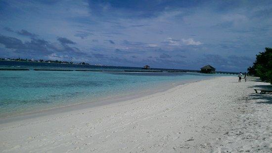 Komandoo Maldives Island Resort: beach