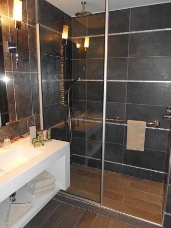 BEST WESTERN Grand Hotel Le Touquet : sdb chambre avec vue sur la baie de canche