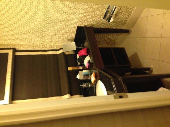 Hamilton Crowne Plaza Hotel: The bathroom