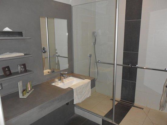 BEST WESTERN Grand Hotel Le Touquet : sdb chambre avec vue sur la ville