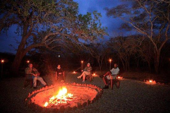 Shayamoya Tiger Fishing & Game Lodge: Boma bush braai evenings