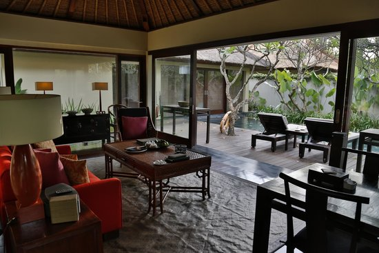 Kayumanis Nusa Dua Private Villa & Spa: livingroom looking out to the pool