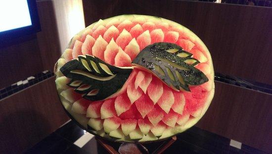 Rembrandt Hotel Bangkok: beautiful craved fruit at entrance for breakfast