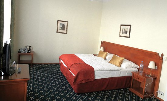 Boutique Hotel Seven Days: King size bed, but 2 mattresses