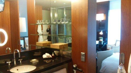 Grand Hyatt Berlin: Großzügiges Bad, die Badewanne und Dusche erfasste der Zoom nicht mehr ;)