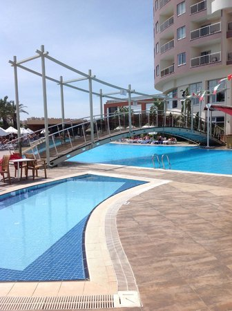 Saturn Palace Resort: Une piscine de l'hôtel