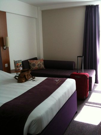 Premier Inn London Kensington (Earl's Court) Hotel : clean and tidy room