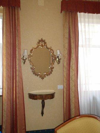 Kummer Hotel: Красивое зеркало под старину между двумя окнами в номере