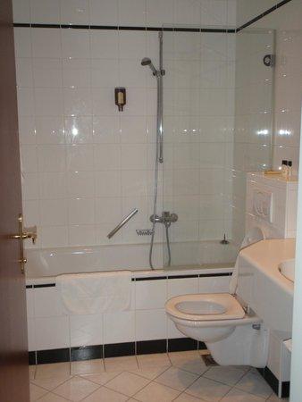 Kummer Hotel: Стильная ванная комната с дорогой сантехникой
