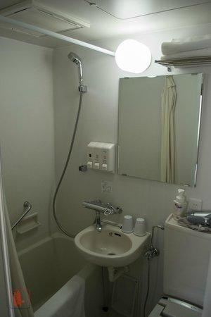E Hotel Higashi Shinjuku: Bathroom