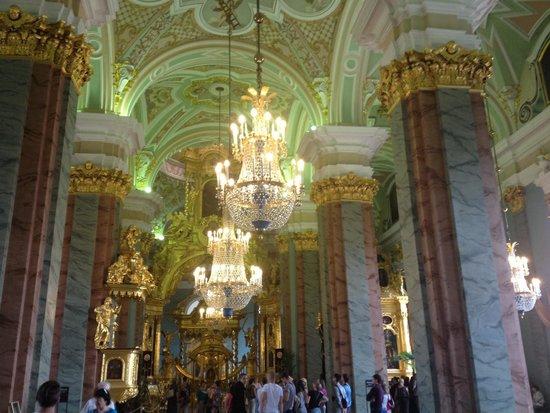 Peter-und-Paul-Festung (Petropawlowskaja Krepost): Impressive ceiling and chandelier
