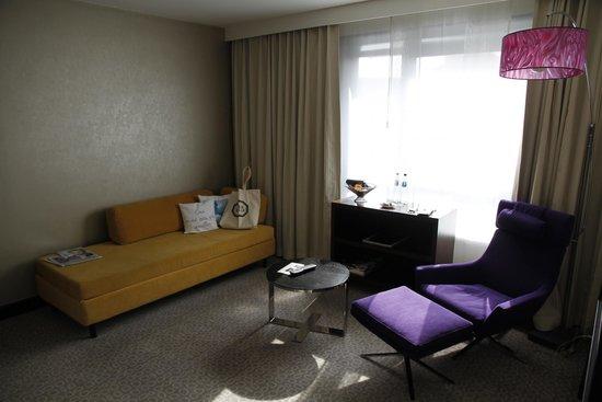 Sofitel Brussels Le Louise : Le salon, spacieux idéal pour se reposer...