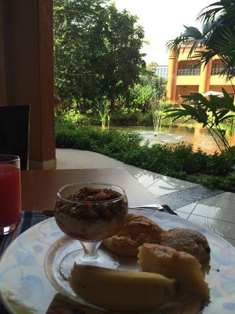 Kampala Serena Hotel: Breakfast looking out onto the gardens and lake